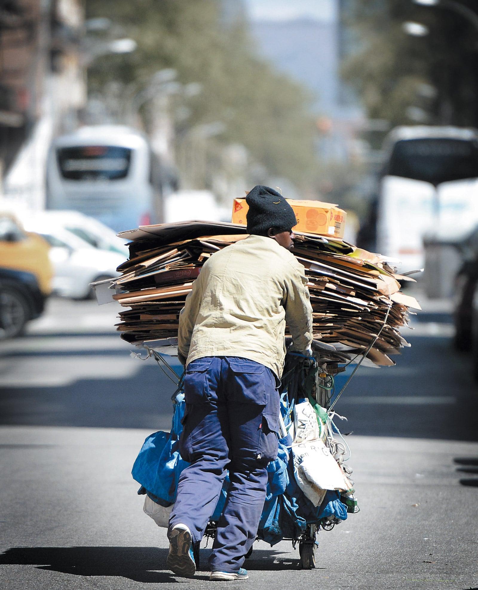 Un immigrant africà que recull ferralla al carrer Pere IV. © Xavier Jubierre