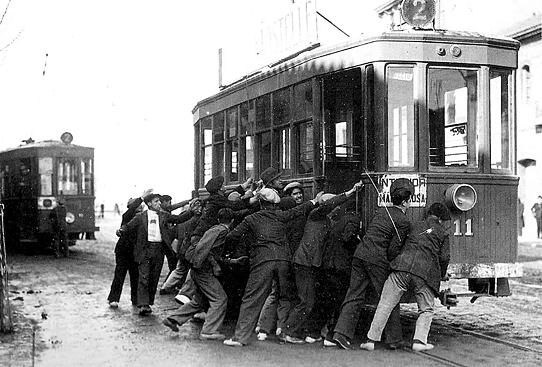 Sabotatge a un tramvia durant la vaga de La Canadenca el 1919 a Barcelona