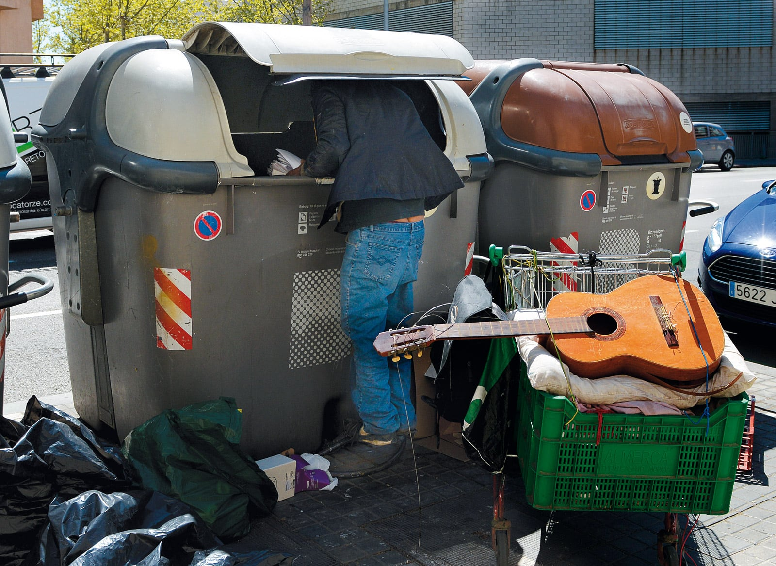 Un immigrant africà buscant en uns contenidors al carrer Pallars. © Xavier Jubierre