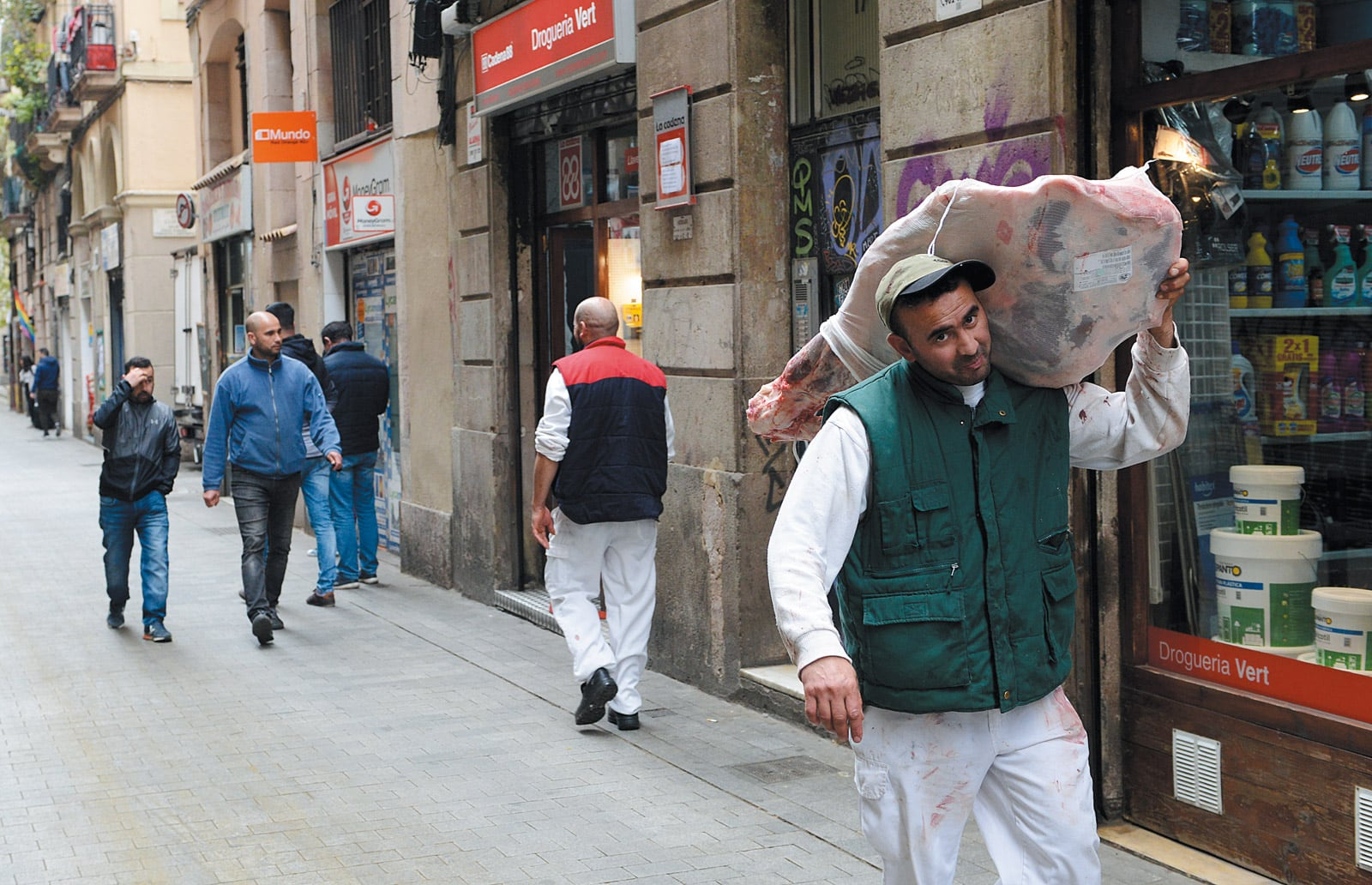 Un carnisser magrebí al carrer Joaquim Costa al Raval. © Xavier Jubierre