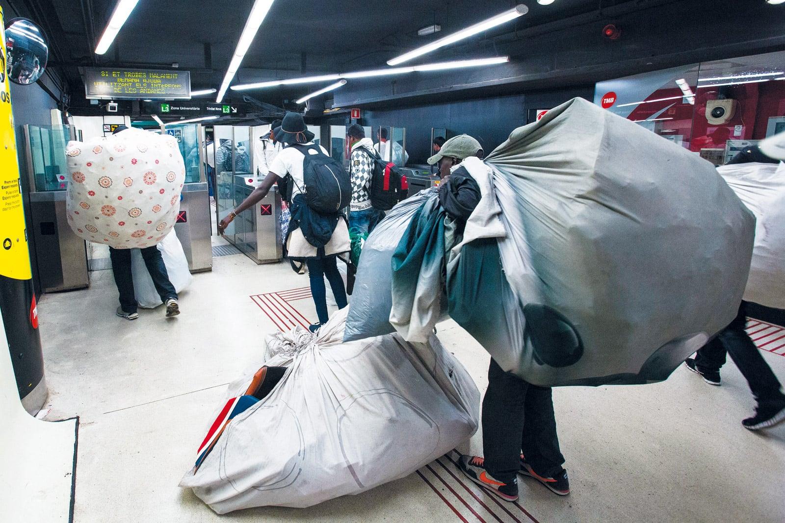 Manters marxant de la Guàrdia Urbana al metro de Drassanes. ©Ferran Nadeu