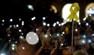 Un llaç groc durant una manifestació independentista a la plaça Catalunya el passat octubre. © Xavier Jubierre