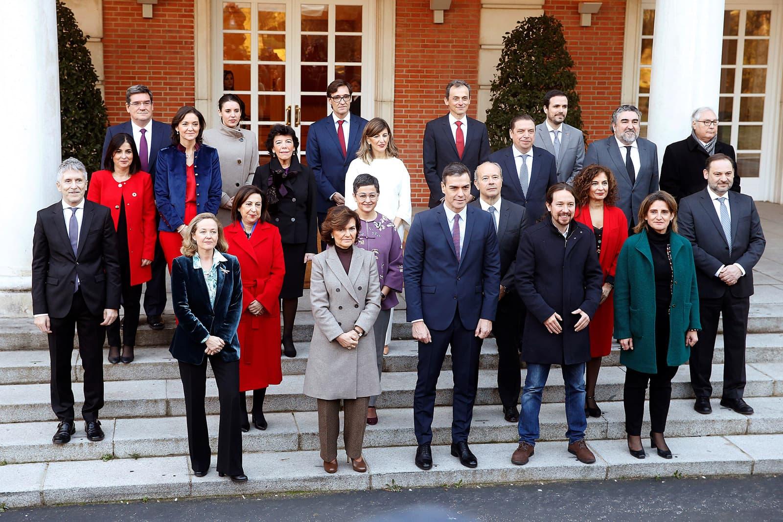 Fotografia de familia, a la Moncloa, del nou govern de coalició PSOE-Podemos el 14 de gener. Fotografia d'Emilio Naranjo/Efe