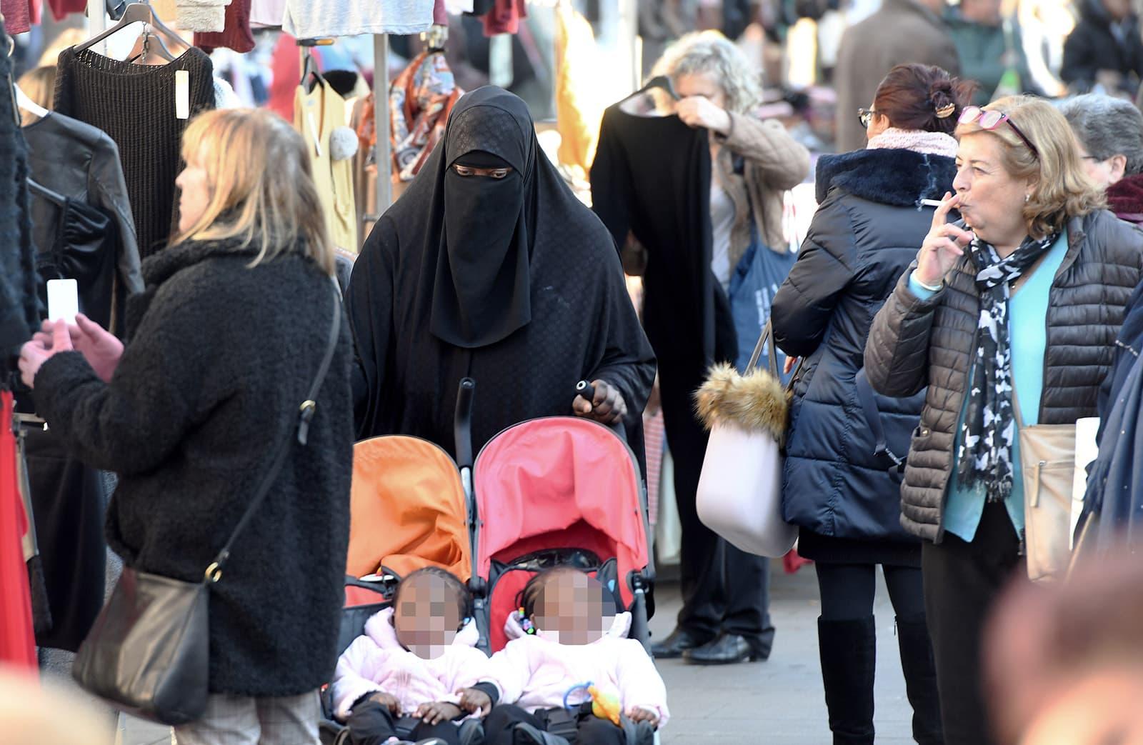 Una dona vestida amb Nicab al mercat del carrer major de Salt. Fotografia de Xavier Jubierre.
