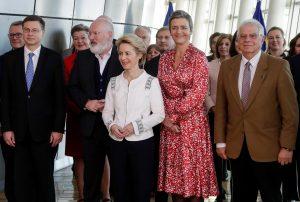 Ursula Von Der Leyen posant amb la resta de membres de la Comissió Europea. Fotografia de Stephanie Lecocq/Efe