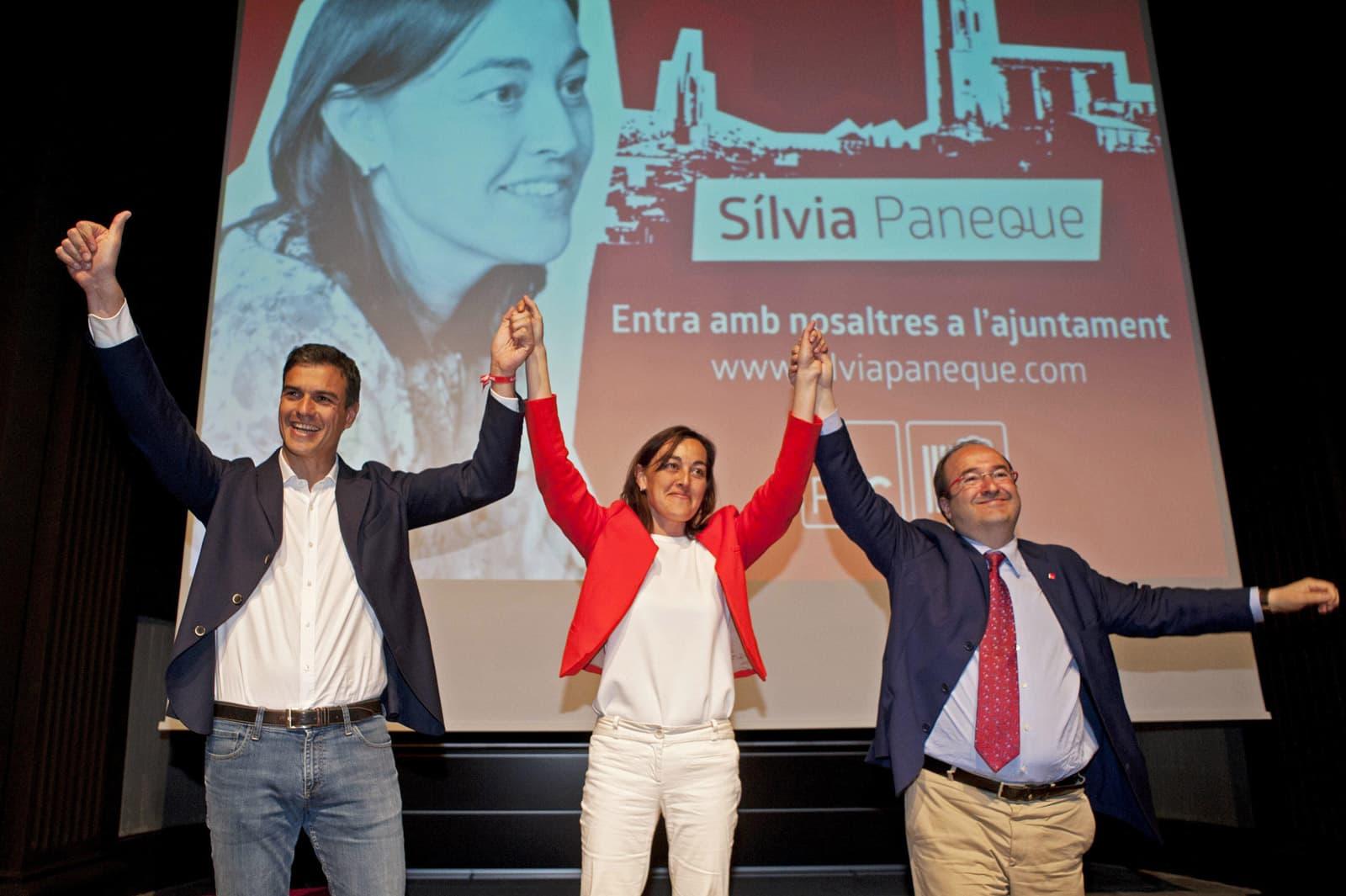 Silvia Peneque, entre Sánchez i Iceta, durant la campanya de les municipals del 2015. Fotografia de Robin Townsend/Efe.