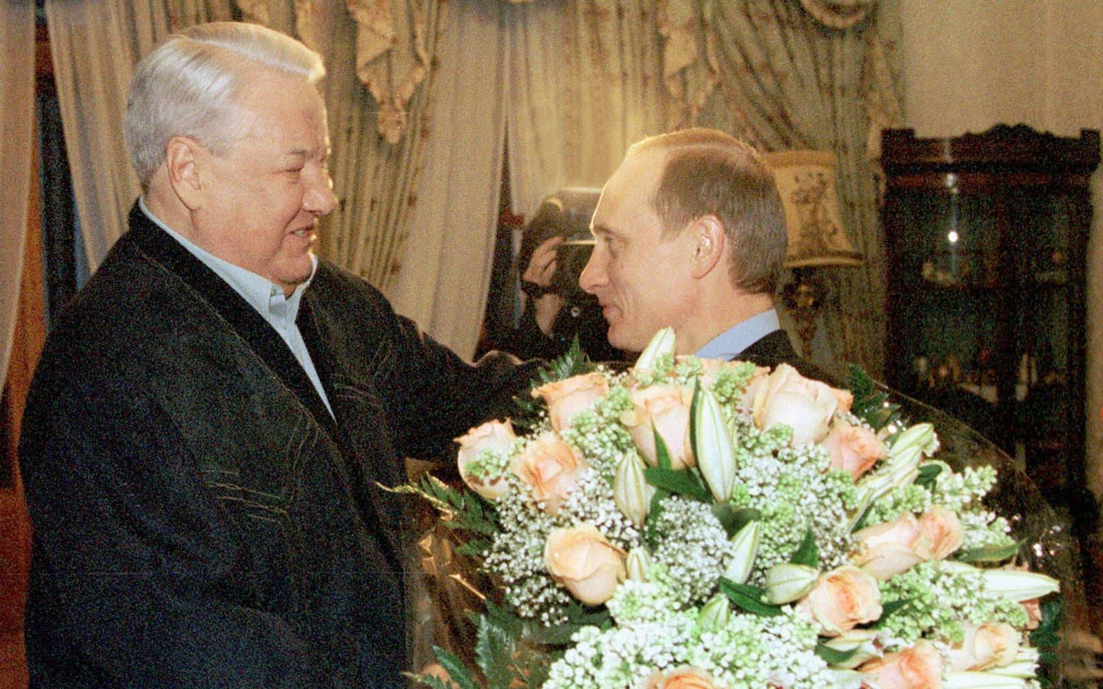 Boris Yeltsin regala un ram de flors al nou president rus Vladimir Putin el març del 2000. Fotografia d'ITAR TASS