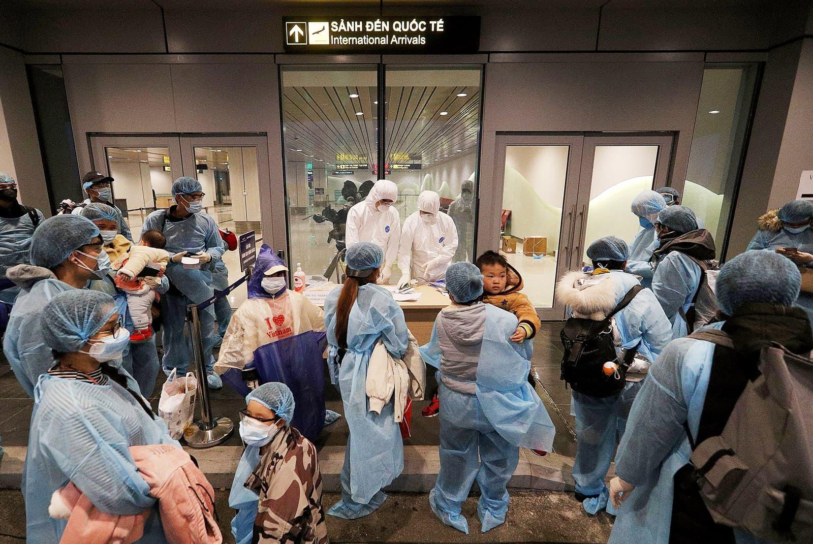 Control mèdic a la porta d'arribades internacionals de l'aeroport de Van Don, Vietnam. Fotografia de Son Nguyen. AFP
