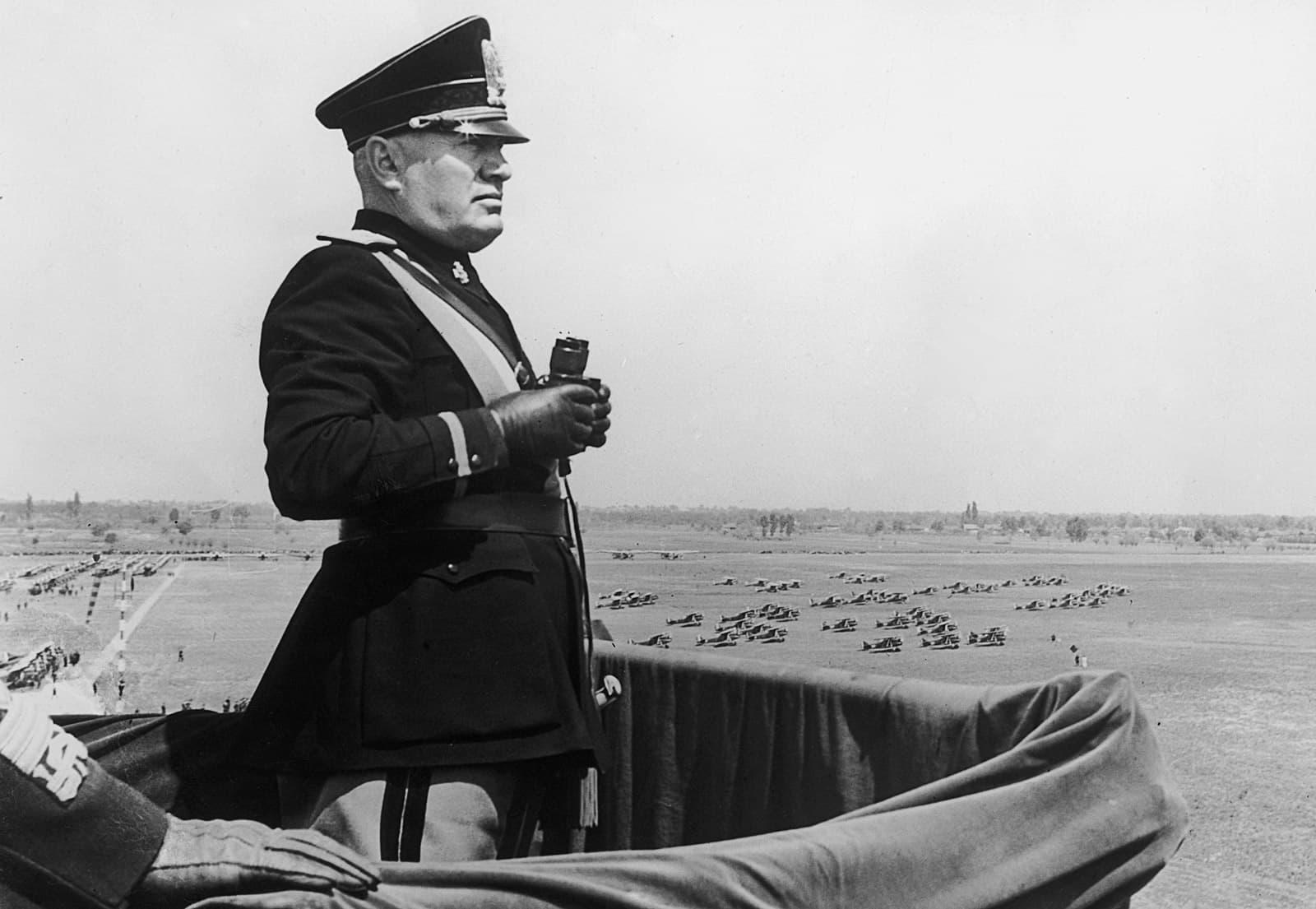 Benito Mussolini en una visita al aeropuerto de Turín en 1939. Fotografía de Keystone / Hulton / Getty