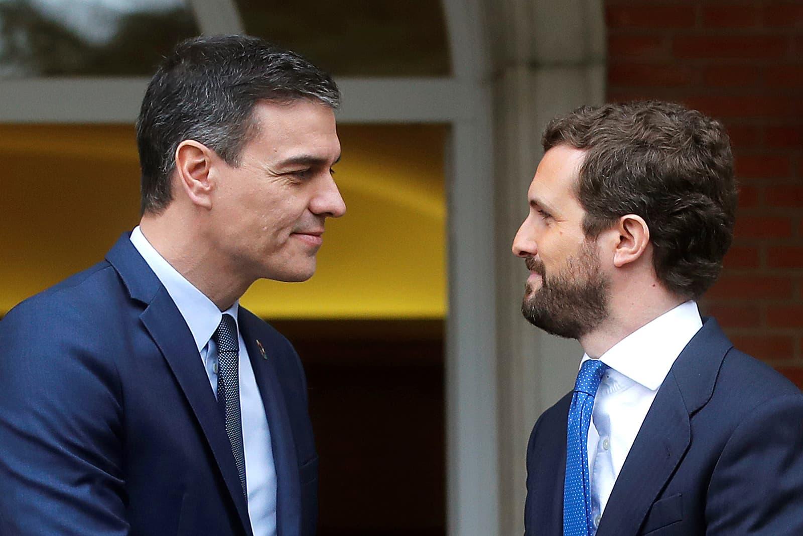 Pedro Sánchez i Pablo Casado a la Moncloa el 17 de febrer. Fotografia de Juan Carlos Hidalgo/Efe