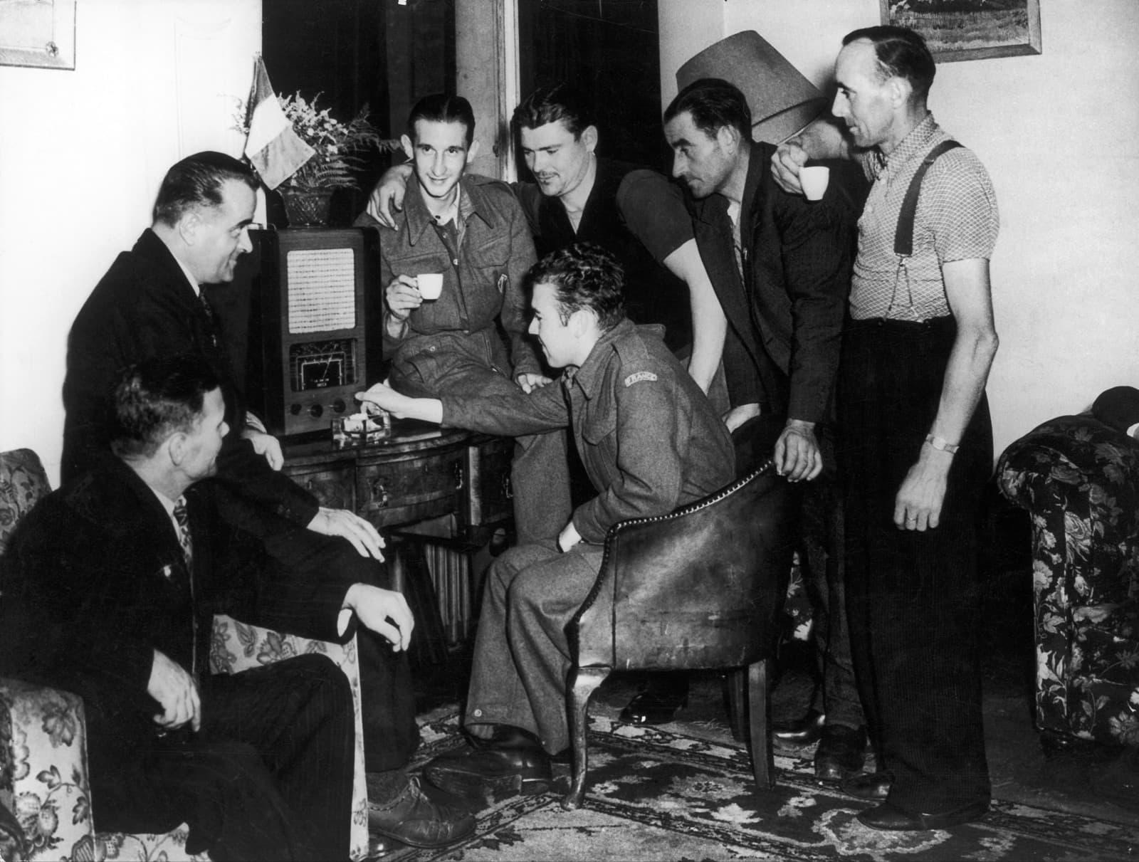 Soldats de la França Lliure escoltant a la BBC l'evolució de la guerra el 1940. Fotografia de Keystone France/Gamma- Rapho via Getty Images
