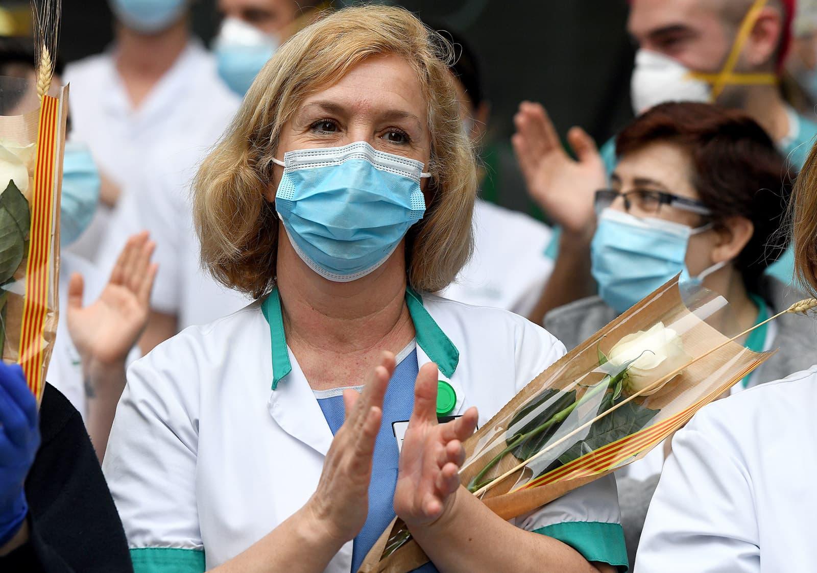 Els treballadors de l'Hospital Clínic van rebre, ahir a les vuit, roses del col·lectiu #capdonasenserosa com a homenatge per la seva feina contra el coronavirus. Fotografies de Xavier Jubierre