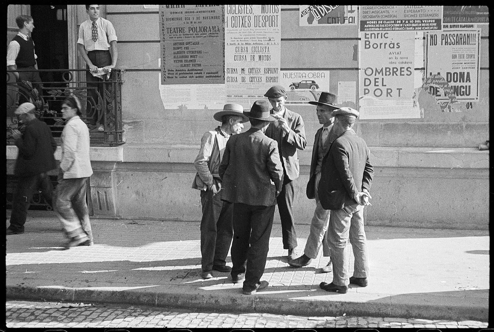 Refugiats malaguenys a prop de l'Hotel Ritz de Barcelona, febrer del 1937. AACB.