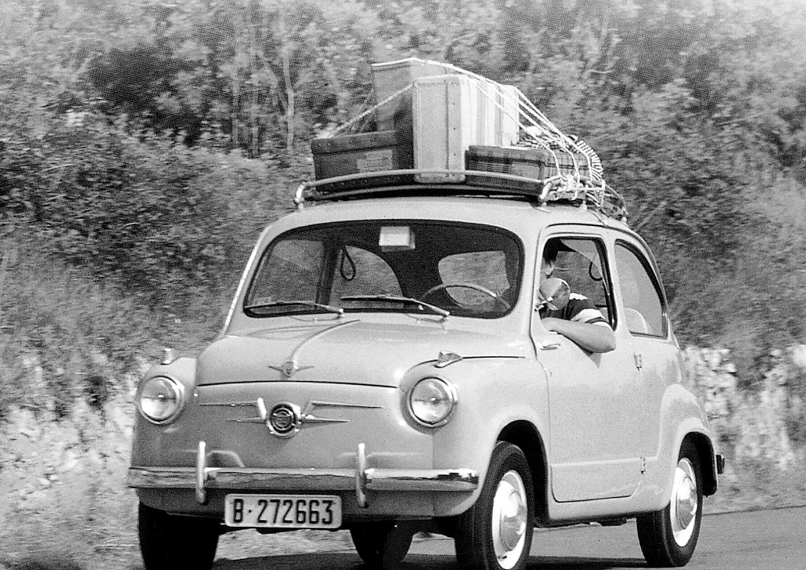 Un Seat 600 amb baca i maletes. Fotografia cedida per Seat