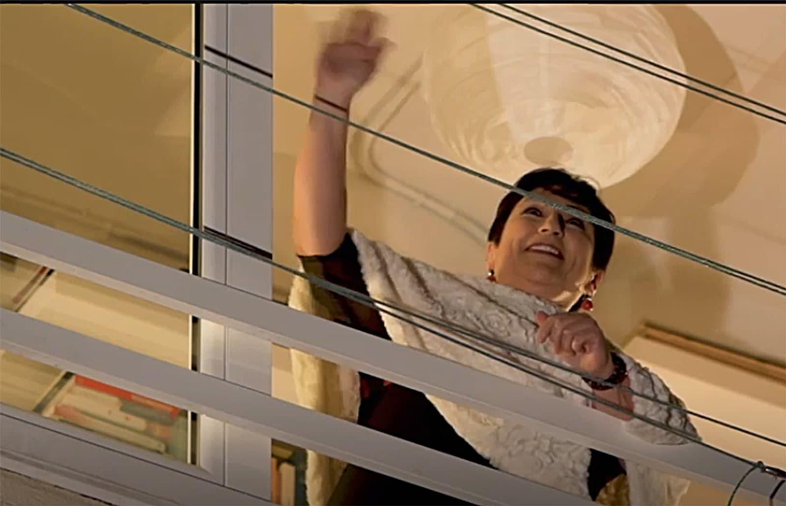 La soprano Begoña Alberdi cantant des del balcó de casa seva. Imatge extreta d'un vídeo de TV3