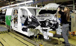 Línia de producció de la factoria de Nissan a la Zona Franca. Fotografia de Nissan