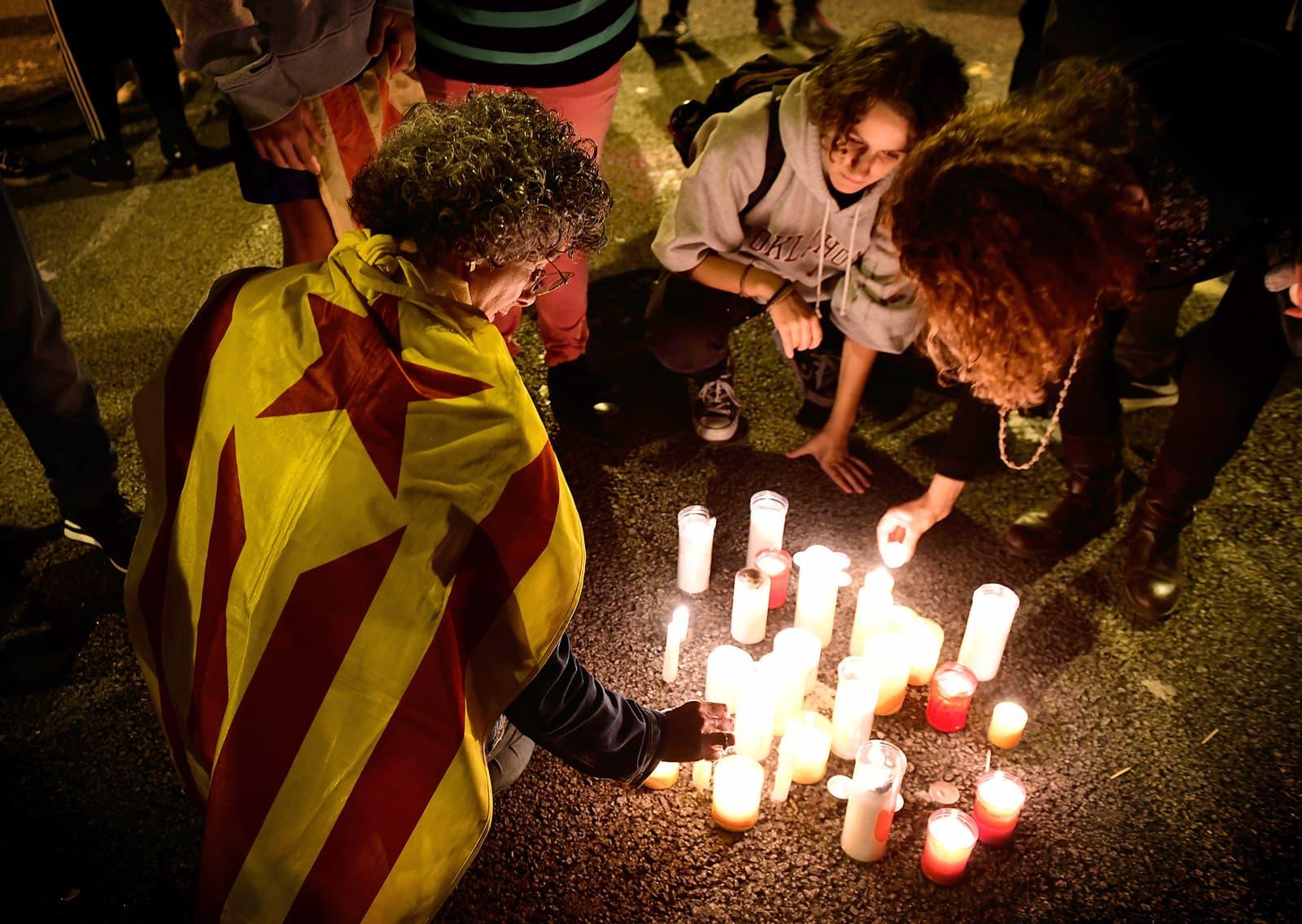 Unes dones posen espelmes davant la Delegació del Govern durant l'aplicació del 155. Fotografia Xavier Jubierre