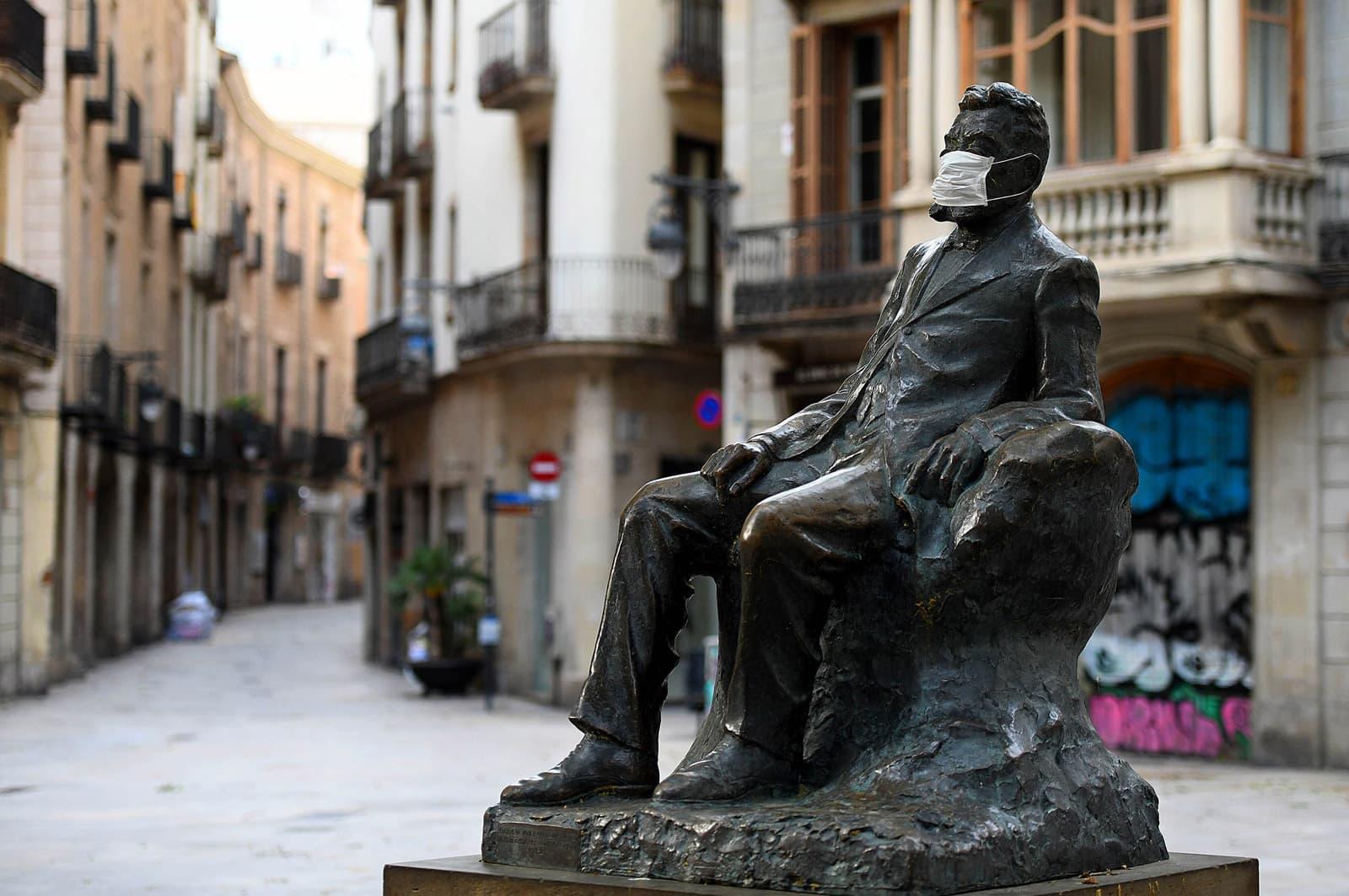 Estàtua d'Àngel Guimerà amb mascareta el 22 d'abril a la plaça de Sant Josep Oriol. Fotografia de Xavier Jubierre