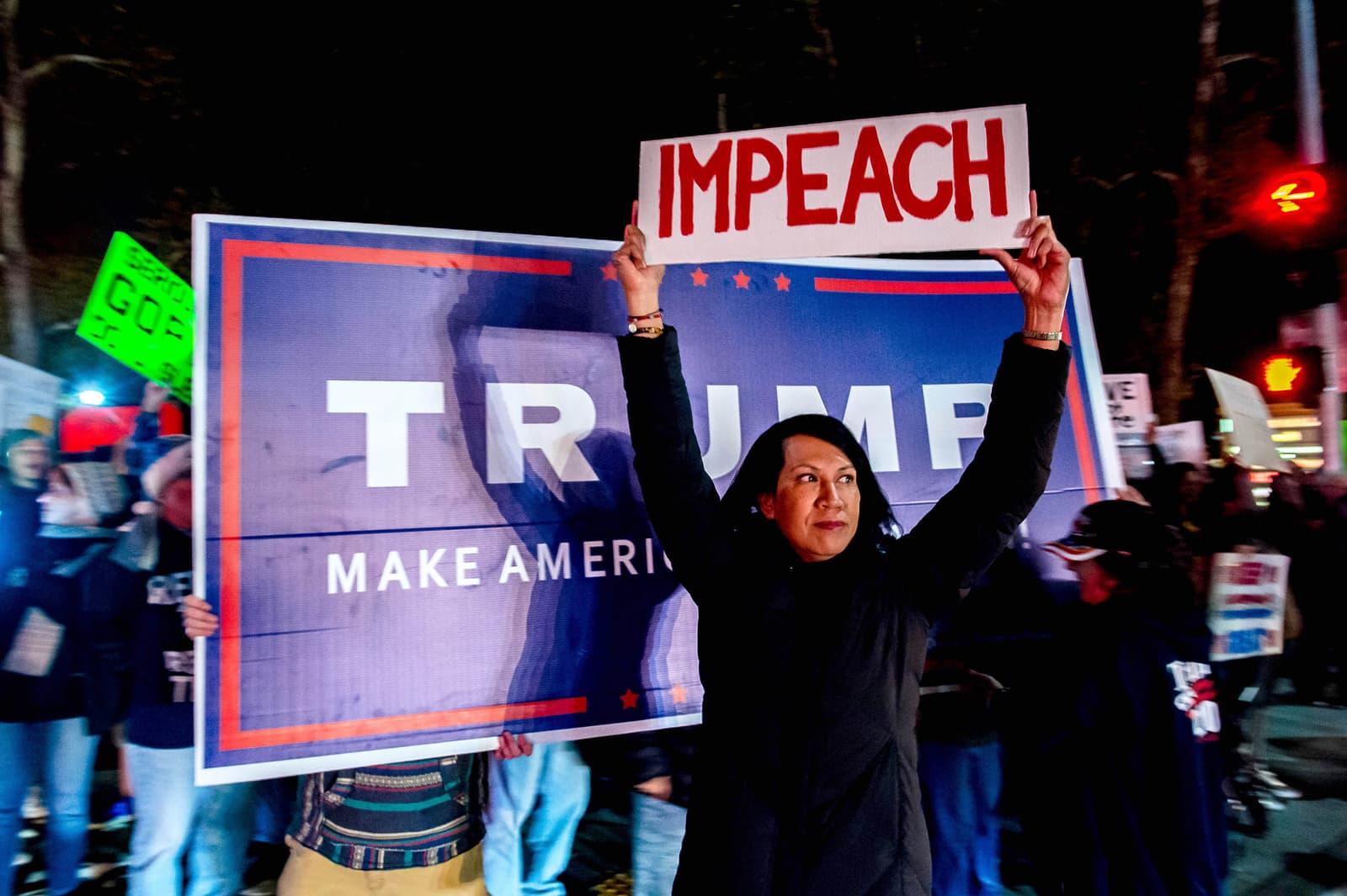 Manifestants a favor i en contra de Donald Trump el desembre a Claremont, Califòrnia Fotografia de Watchara Phomicinda Zuma Wire