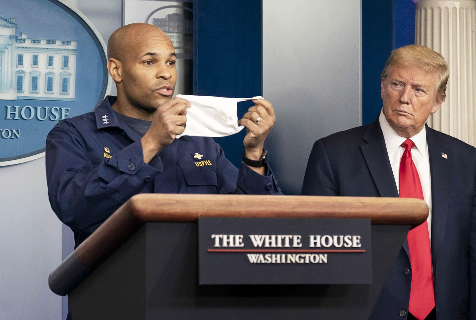Trump escolta com el Cirurgià General, Jerome Adams, insta els ciutadans a dur mascaretes, el 22 d'abril a la Casa Blanca. Fotografia de Shealah Craighead/Zuma Wire