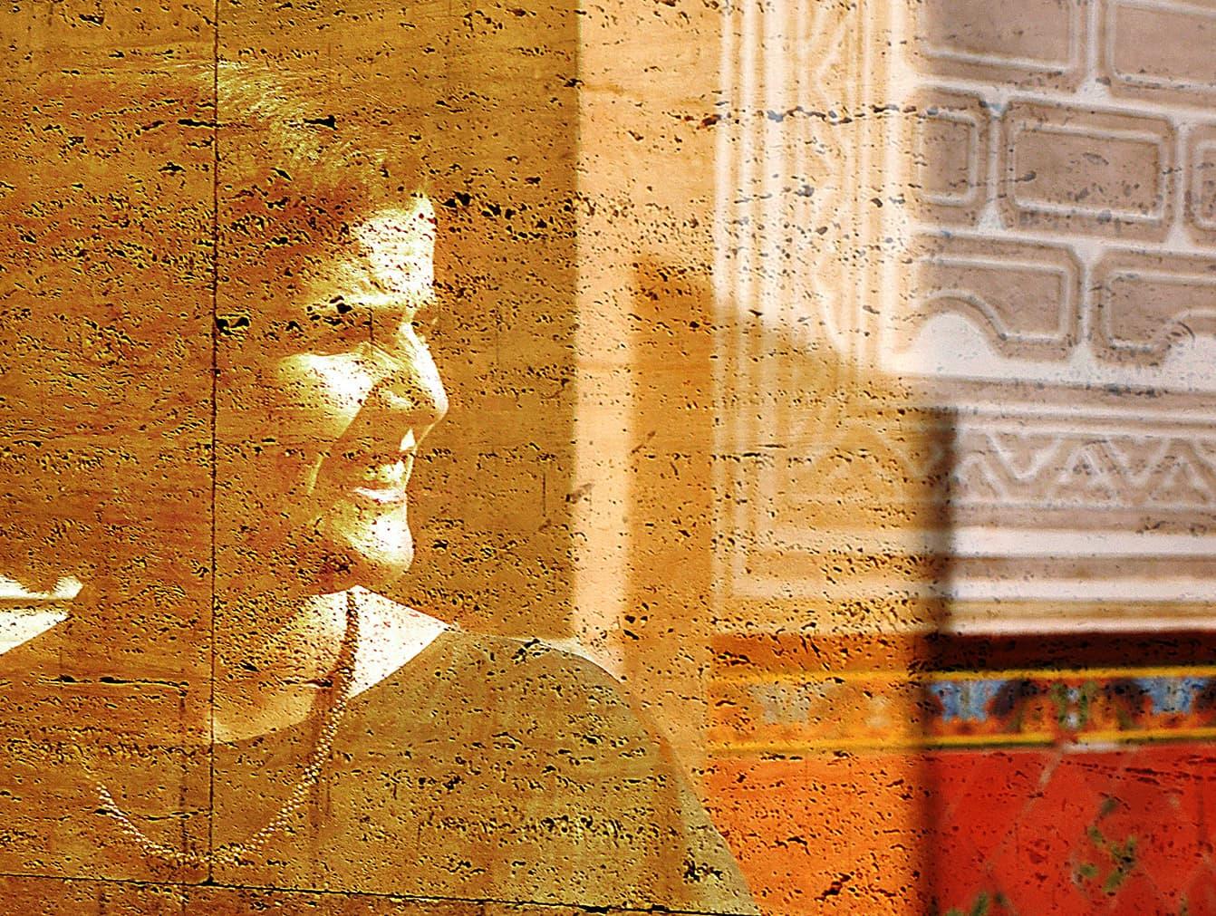 Judit Carrera reflectida a la paret de vidre del CCCB. Fotografia de Xavier Jubierre.