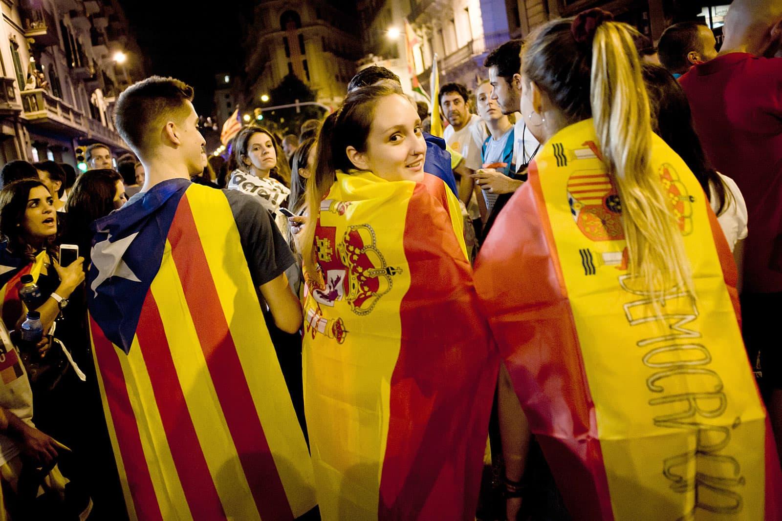 Joves amb la bandera espanyola i l'estelada junts en una manifestació el 2017 a Barcelona. Fotografia de Jordi Boixareu. Zuma Wire.