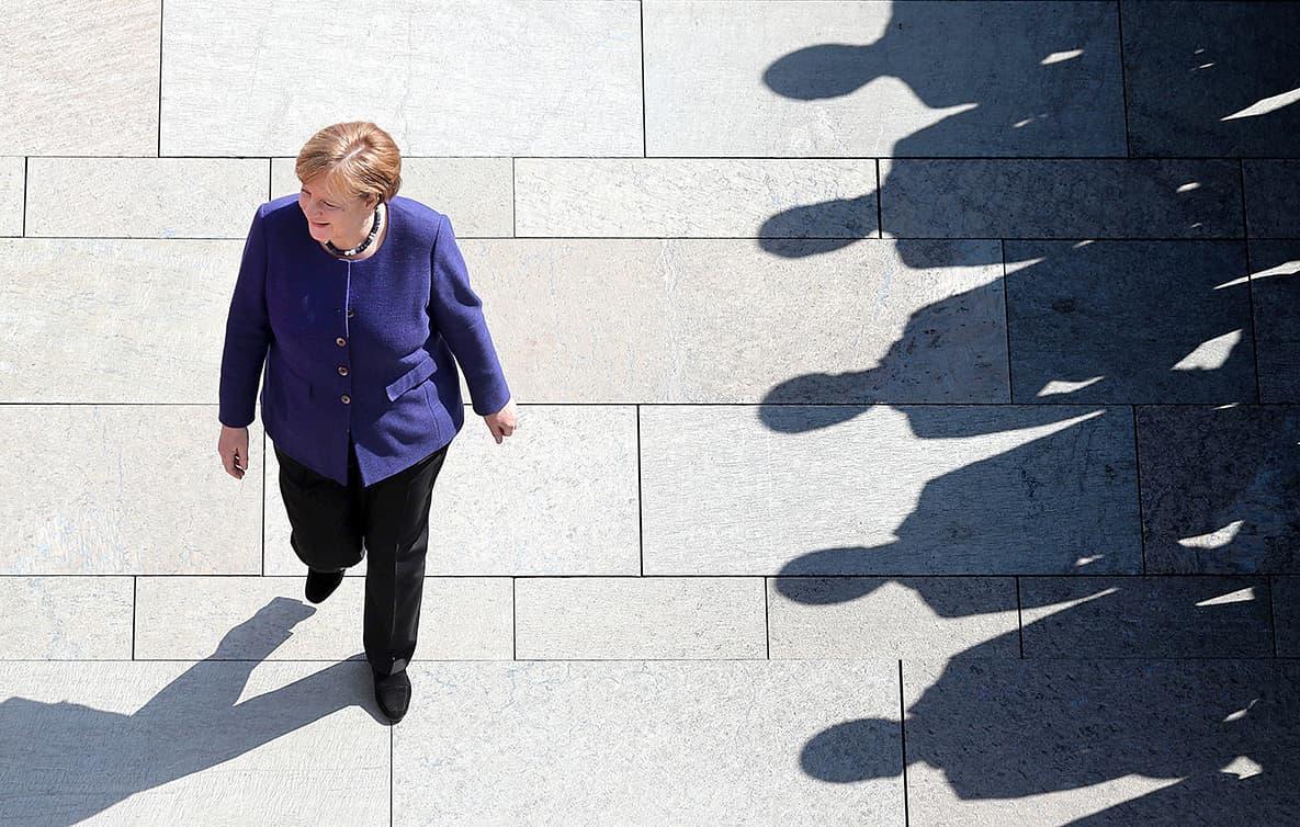 Angela Merkel passant revista a una formació militar, a Berlín, el 2018.Fotografia de Felipe Trueba. Efe.