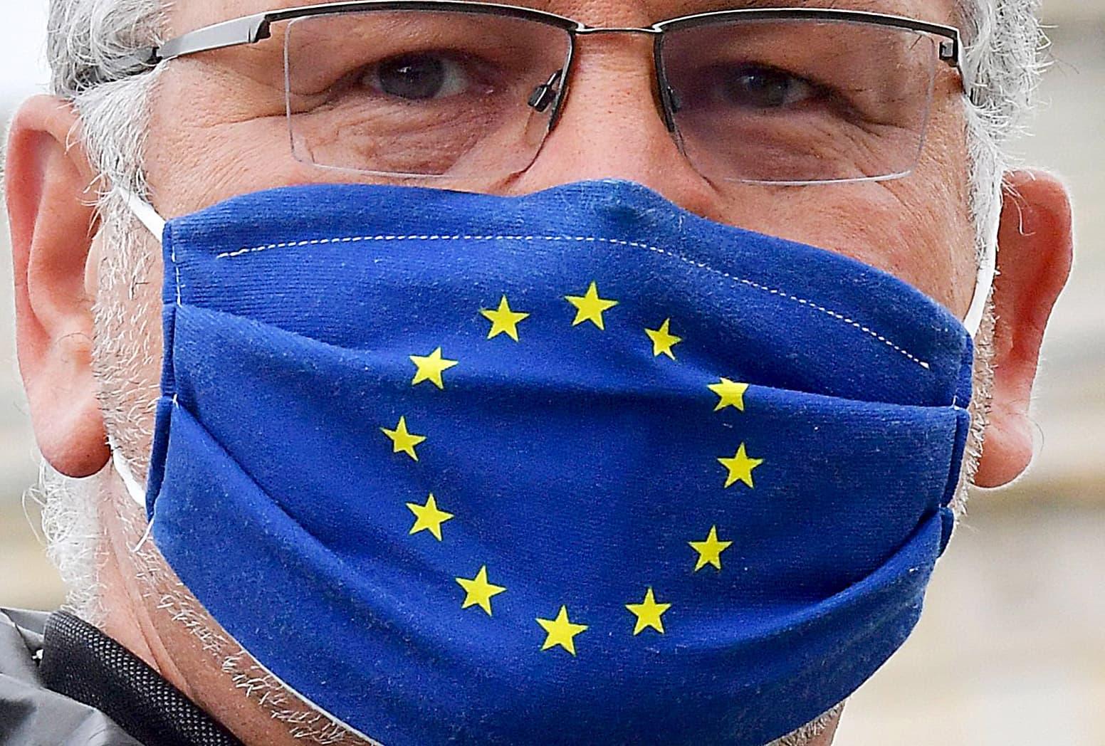 Un alemany amb mascareta de la UE a la Porta de Brandenburg l'1 de juliol. Fotografia de Tobias Schwarz. AFP.