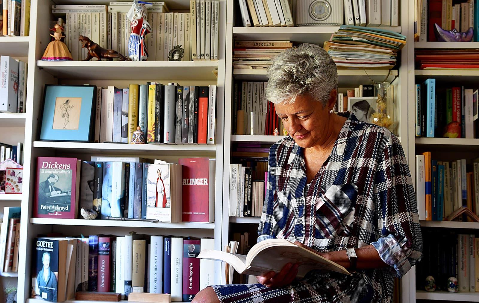 Anna Caballé a la biblioteca de casa seva al setembre. Fotografia de Xavier Jubierre.