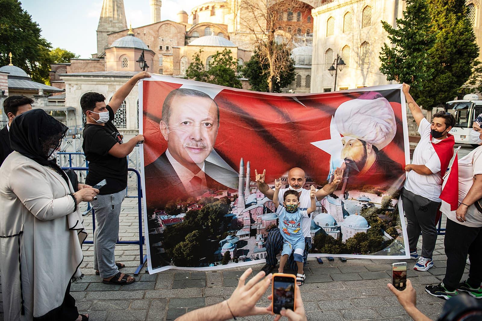 Seguidors d'Erdogan davant la mesquita de Santa Sofia a Istanbul el 10 de juliol. Fotografia de Burak Kala. Getty Images.